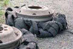 Explosionsreifen Ein Reifen zerrissen zu den Stücken mit sichtbarem Schaden Reifen f stockbilder