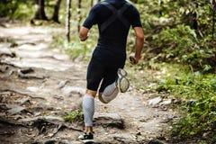 Explosiv rinnande maratonlöpare i skog Arkivbilder