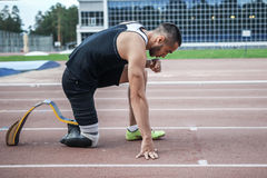 Explosiv start av idrottsman nen med handikapp Arkivfoton