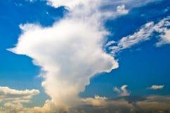 Explosives Sturmsommer-Sonnenlicht des blauen Himmels der Wolke Lizenzfreies Stockbild