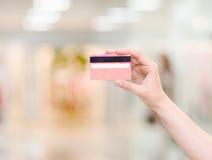 Explotación agrícola de la mano de la tarjeta de crédito fotos de archivo