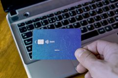 Explotación agrícola de la mano de la tarjeta de crédito fotos de archivo libres de regalías