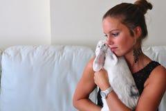 Explotación agrícola de la mujer su conejo de Lionhead imagen de archivo libre de regalías