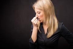 Explotación agrícola de la mujer su nariz Foto de archivo libre de regalías
