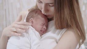 Explotación agrícola joven de la madre su bebé recién nacido almacen de metraje de vídeo