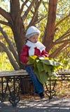 Explotación agrícola linda de la niña en hojas enormes de las manos Imagen de archivo