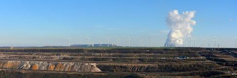 Explotación minera a cielo abierto de la visión panorámica, central eléctrica y energía eólica Imagenes de archivo