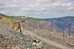 Explotación minera a cielo abierto del mineral de hierro Imagenes de archivo