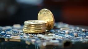 Explotación minera de Bitcoin en el equipamiento agrícola del gpu Ciérrese para arriba de la pila de bitcoins del oro almacen de video