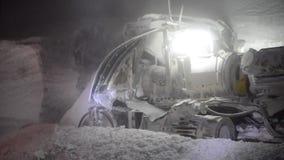 Explotación minera de la sal en una mina de sal metrajes