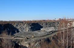 Explotación minera de piedra de la maquinaria de la mina fotos de archivo