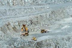 Explotación minera del cielo abierto, la ciudad de Asbest, oblast de Sverdlovsk, Rusia, Ural, 24 04 2016 años Imágenes de archivo libres de regalías