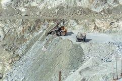 Explotación minera del cielo abierto, la ciudad de Asbest, oblast de Sverdlovsk, Rusia, Ural, 24 04 2016 años Imagenes de archivo