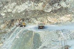 Explotación minera del cielo abierto, la ciudad de Asbest, oblast de Sverdlovsk, Rusia, Ural, 24 04 2016 años Fotografía de archivo libre de regalías