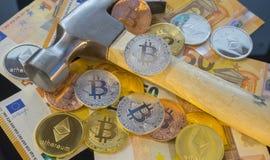 Explotación minera o mina de Bitcoin del pago para el bitcoin, comparada al tradicional Fotos de archivo