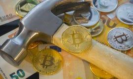 Explotación minera o mina de Bitcoin para el bitcoin, comparada al tradicional Imagenes de archivo
