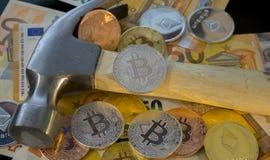 Explotación minera o mina de Bitcoin para el bitcoin, comparada al tradicional Fotografía de archivo libre de regalías