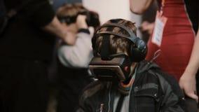 Expo da robótica 5 de novembro de 2016 de RÚSSIA, MOSCOU O rapaz pequeno do close-up usa vidros da realidade virtual filme