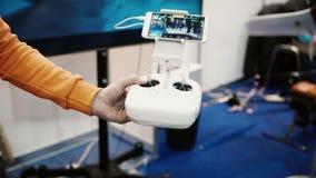 Expo de robotique 5 novembre 2016 de la RUSSIE, MOSCOU Le regard de robot autonome de humanoïde avec l'appareil-photo regardent a banque de vidéos