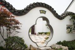 Expo för trädgård för asiatKina Peking, efterföljd, byggnader, en vit vägg, grå färgtegelplattor, utsmyckad port, Royaltyfri Fotografi