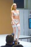 Expo loura de Lingrie do desfile de moda da jovem mulher Foto de Stock Royalty Free