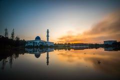 Expondo ao sol o nascer do sol vibrante com reflexão na mesquita de UNITEN, fotografia de stock