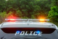 Exponera ljus av polisbilen i staden royaltyfria bilder