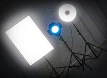 Exponera med stroben för utrustning för fotoet för ladugårddörrar på ställningen i th arkivfoton