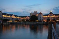Exponerad semesterort och träboardwalk på natten Royaltyfria Foton