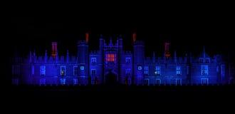 Exponerade Hampton Court Palace vid natt i Hampton Court, London, Förenade kungariket royaltyfri fotografi
