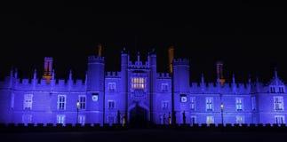 Exponerade Hampton Court Palace vid natt i Hampton Court, London, Förenade kungariket arkivfoto