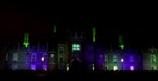 Exponerade Hampton Court Palace vid natt i Hampton Court, London, Förenade kungariket arkivfoton