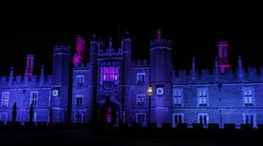 Exponerade Hampton Court Palace vid natt i Hampton Court, London, Förenade kungariket arkivbilder