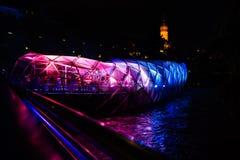 Exponerade Mur Bridge på natten i Graz, Österrike royaltyfri fotografi