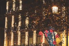 Exponerade röd bollar, trädljus och jul som bygger garneringar i Lissabon, Portugal royaltyfri fotografi