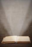 Exponerar den ljusa strålen för den gamla öppna boken sidan Royaltyfri Foto