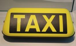 Exponerat taxitecken som ligger på en tabell arkivbilder