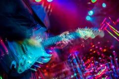 Exponering för multipler för spelare för elektrisk gitarr darrig suddig arkivfoton