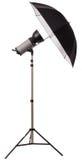 Exponering för studiostrobeljus med paraplyet royaltyfri foto
