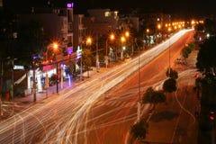 exponering natt lampa gata långt Väg arkivfoton