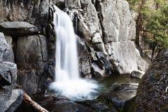 ExponeringsChilnualna för vattenfallet parkerar den långa slingan Yosemite Californi royaltyfri bild