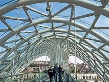 Exponeringsglasöverkant av bron av fred och sikt av Kuraet River i Tbilisi royaltyfria foton