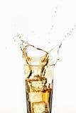 Exponeringsglas av äpplespritzer med iskuber, närbild Royaltyfria Foton