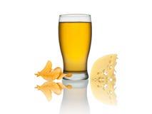 Exponeringsglas av öl, chips och ost som isoleras på en vit bakgrund Fotografering för Bildbyråer