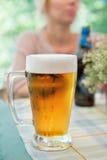 Exponeringsglas av öl - detalj Arkivbilder