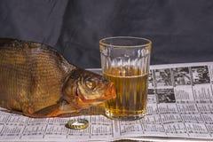 Exponeringsglas av öl med det torkade fisk- och ölklappet Royaltyfria Bilder