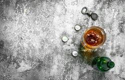 exponeringsglas av öl med en flasköppnare och proppar arkivbild