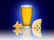 Exponeringsglas av öl med isolerade chips och ost Royaltyfria Foton