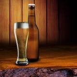 Exponeringsglas av öl och ölflaskan Arkivfoton