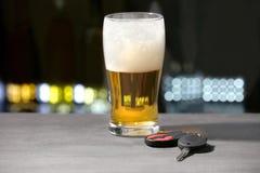 Exponeringsglas av öl- och biltangenter royaltyfria foton